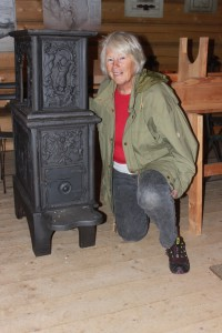 Leder i Feiring Jernverks Venner, Marit B. Sveen med den andre gamle ovnen som nå har fått sin plass i Lysthuset.