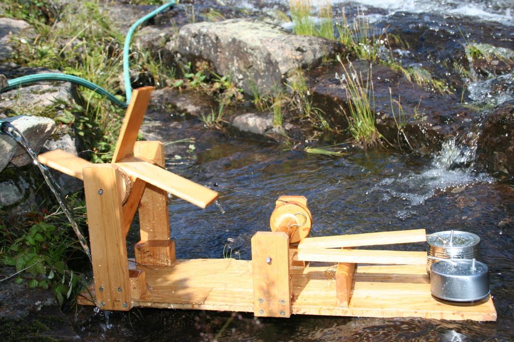 """Under Jernverkshelga kan unga lage sitt eget lille """"kraftverk"""" i elva."""