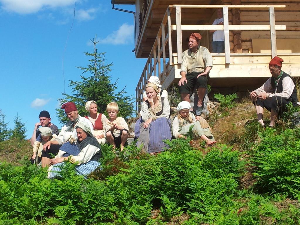 Omlag 100 publikummere fulgte omvisningen ved Lysthuset på søndag. Skuespillere fra Jernverksteateret krydret opplevelsen.
