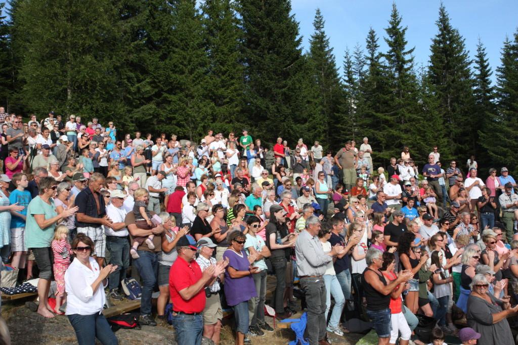 Stående applaus fra 460 publikummere etter forestillingen søndag.
